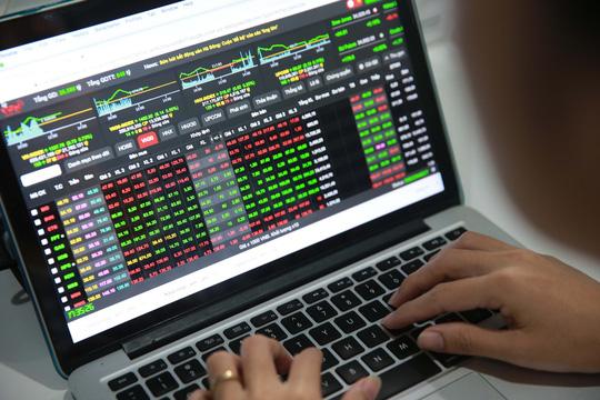 Chứng khoán liên tục lập đỉnh khiến giới đầu tư hết sức phấn khởi mà quên đi những rủi ro đang rình rập.Ảnh: Hoàng Triều